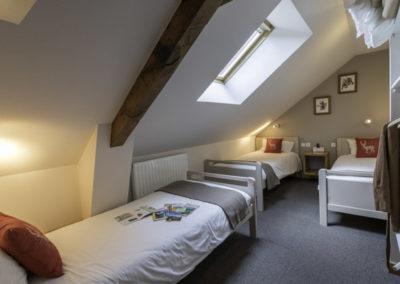 Chambre mansardée avec 3 lits individuels